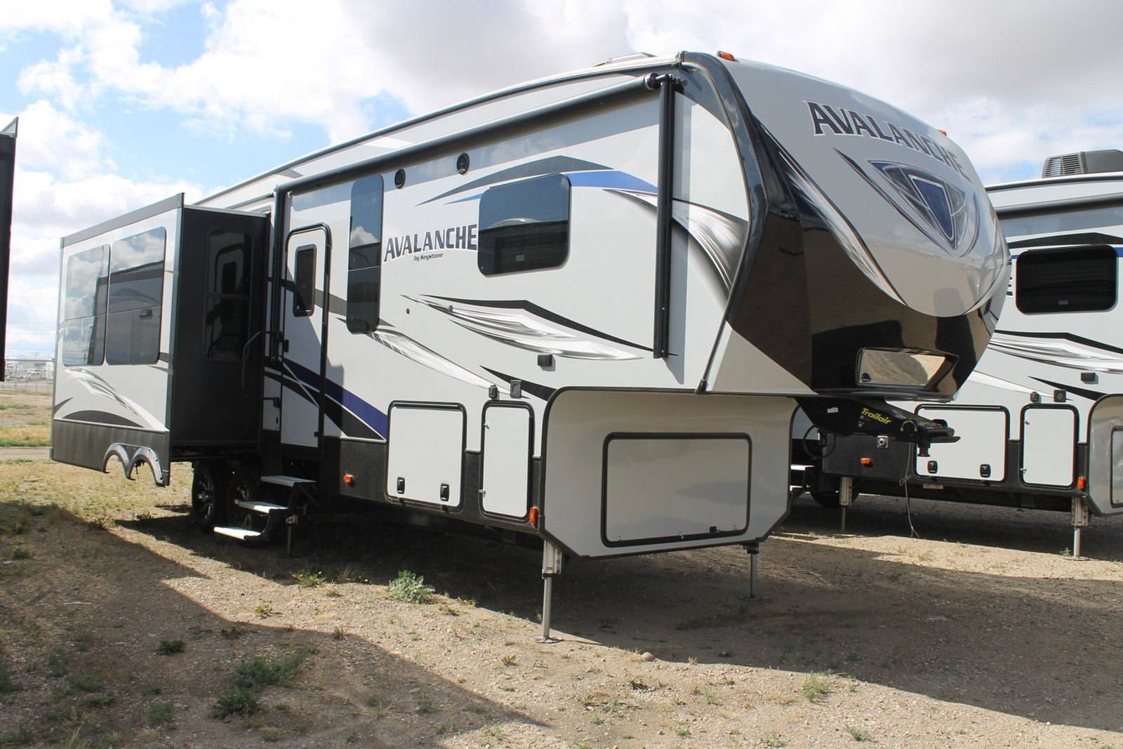 New AVALANCHE 300RE FIFTH WHEEL