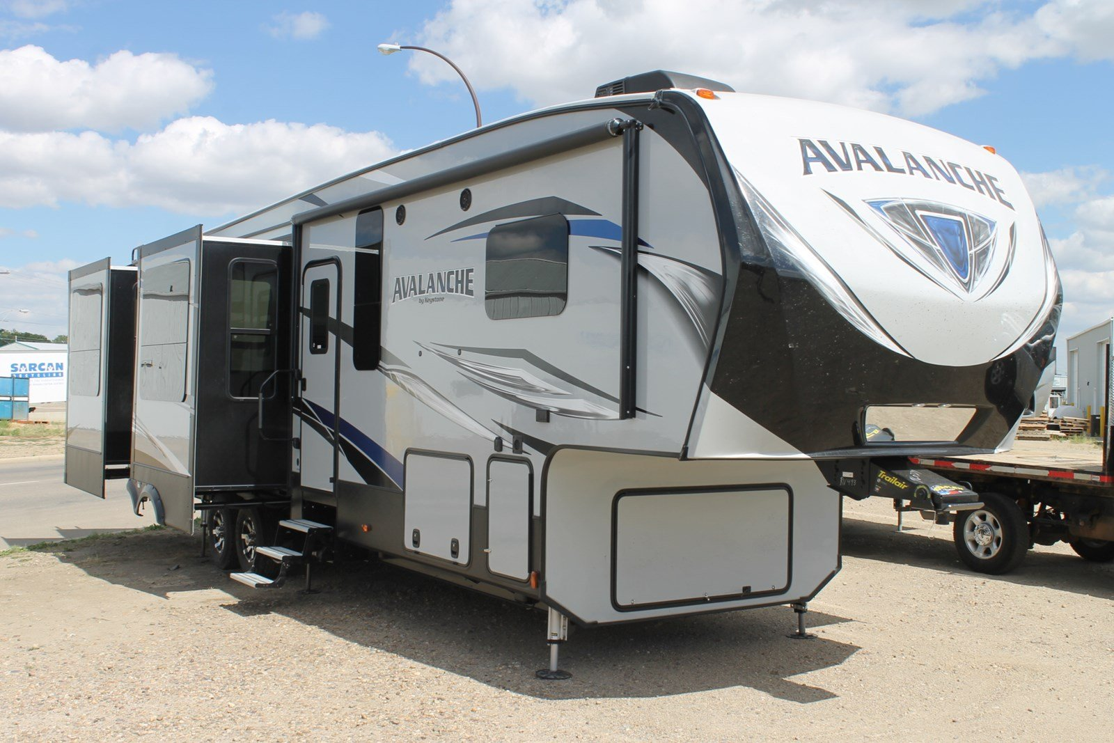 New AVALANCHE 370RD FIFTH WHEEL