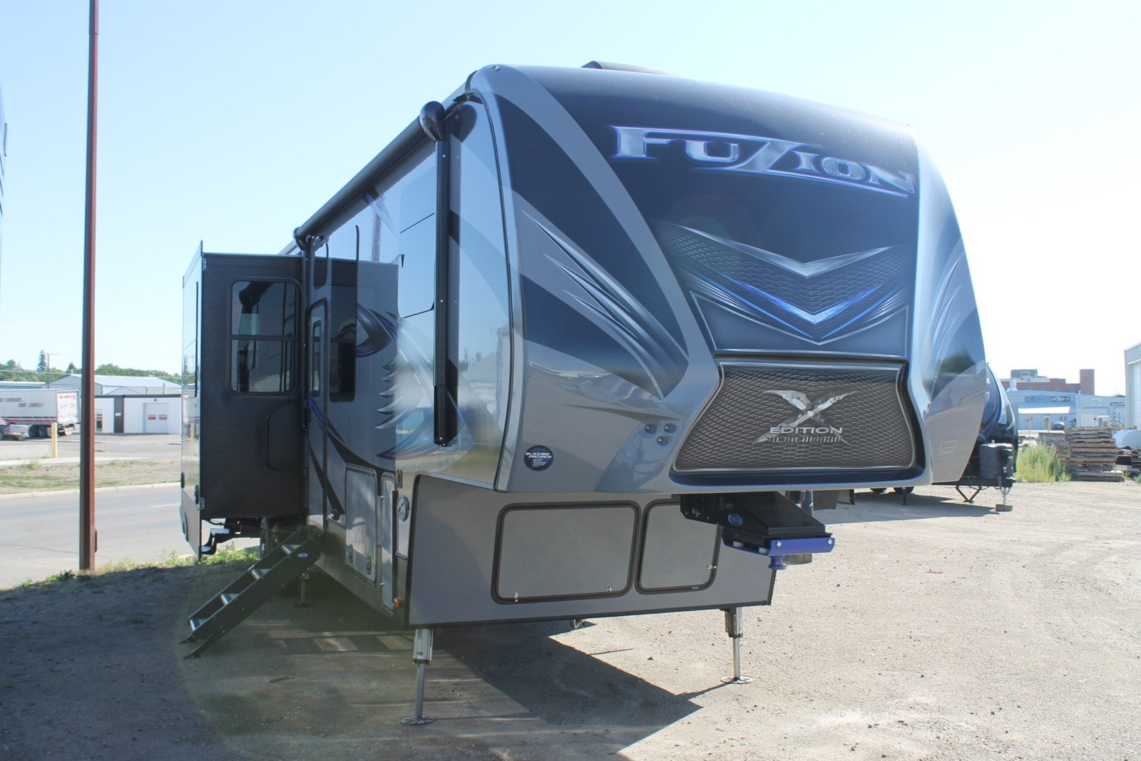 New FUZION 371 FIFTH WHEEL