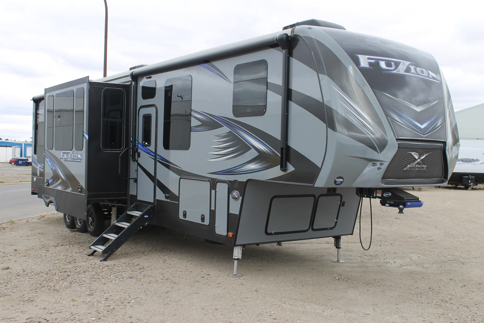New FUZION 417 FIFTH WHEEL